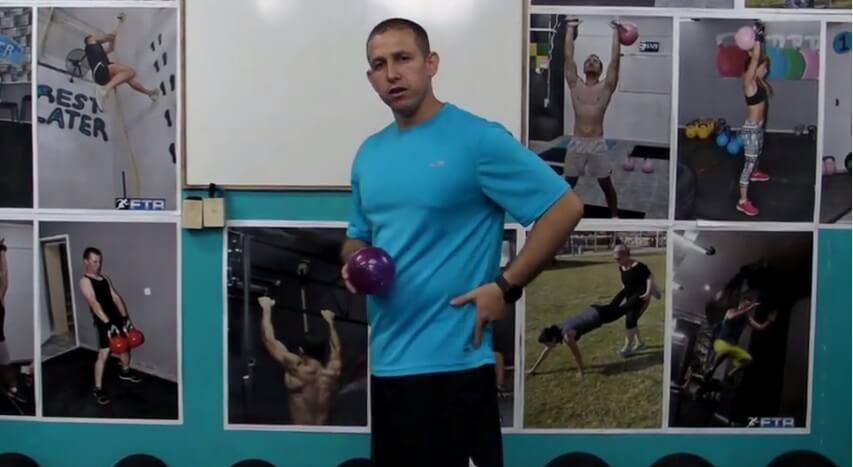 עיסוי לשריר הארבע ראשי עם כדור וגליל עיסוי