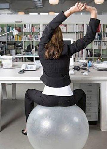 תרגילים לכאבי גב עם כדור גדול